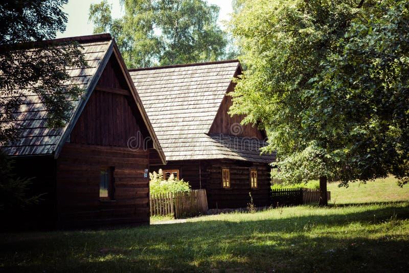 CHORZOW POLEN - JUNI 27, 2019: Frilufts- museum i Chorzów Trästugan i arv parkerar ÖvreSilesian Ethnographic parkerar in fotografering för bildbyråer