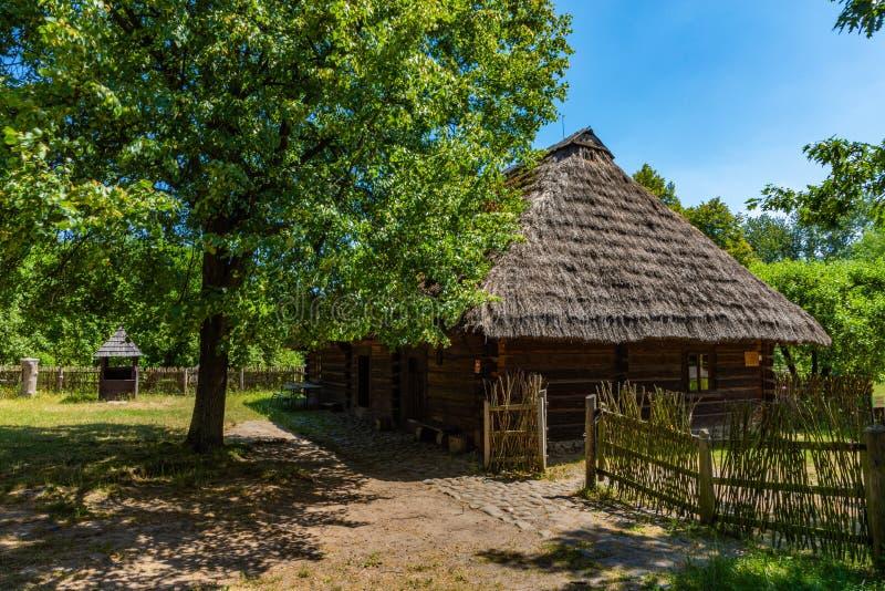 CHORZOW POLEN - JUNI 27, 2019: Frilufts- museum i Chorzów Trästugan i arv parkerar ÖvreSilesian Ethnographic parkerar in royaltyfri fotografi