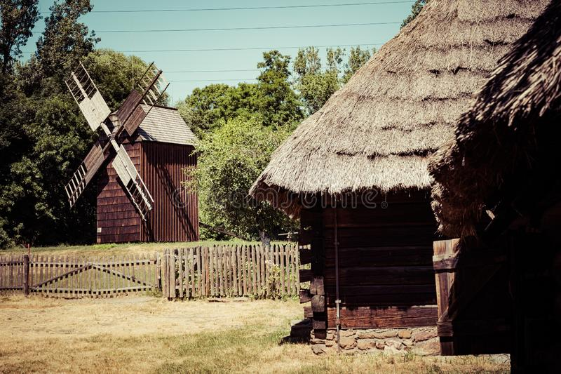 CHORZOW POLEN - JUNI 27, 2019: Frilufts- museum i Chorzów Trästugan i arv parkerar ÖvreSilesian Ethnographic parkerar in royaltyfria bilder