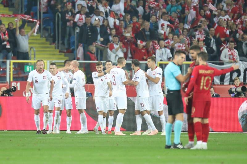 CHORZOW, POLEN - OKTOBER 11, 2018: UEFA-Natiesliga 2019: Polen - Portugal o/p Kamil Glik, Piotr Zielinski, Jan Bednarek, stock foto's