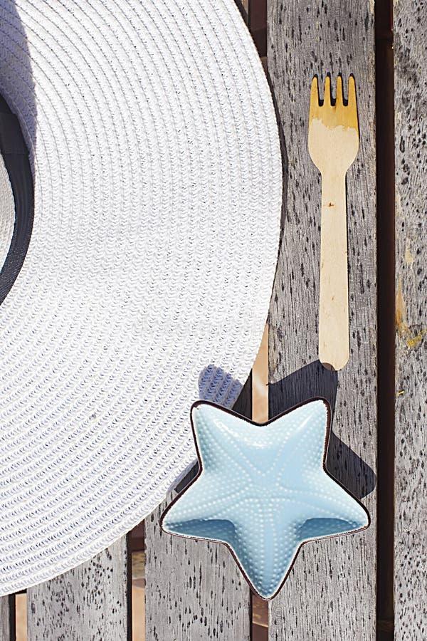 Choses d'?t? White Hat et étoiles de mer photos libres de droits