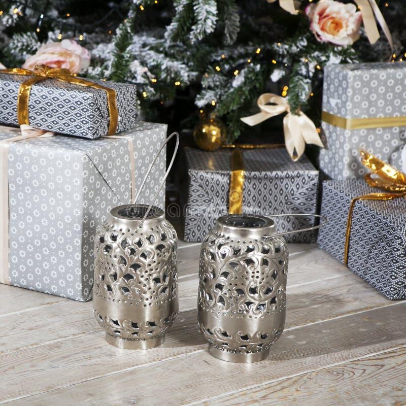 Choses de célébration de Noël : sapin avec des cadeaux sous lui, décor photos stock