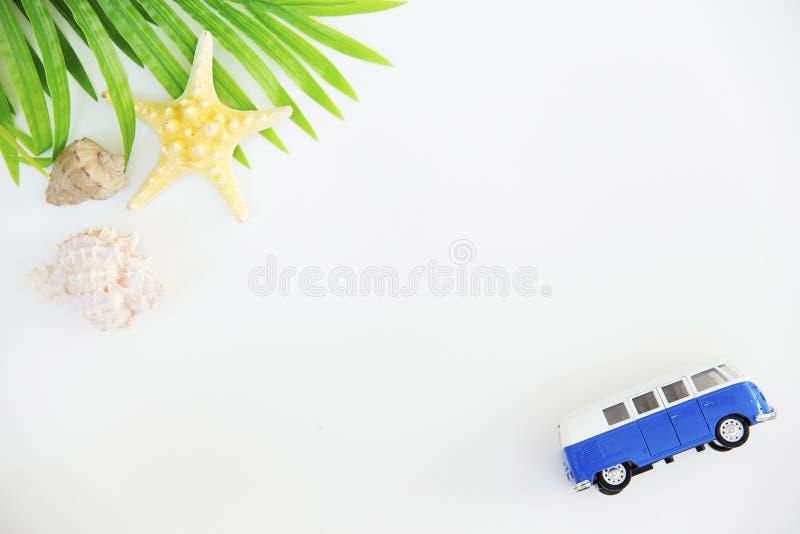 Choses de vacances d'été d'une manière ordonnée organisées concept de course Configuration plate photo libre de droits