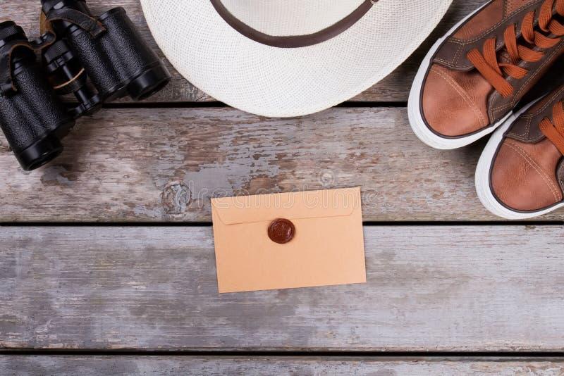 Choses de voyage sur la table en bois photos libres de droits