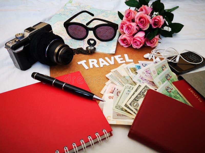 Choses pour emballer pour votre prochaine destination de voyage votre passeport, cam?ra, instrument ?lectronique, devise, lunette photos stock