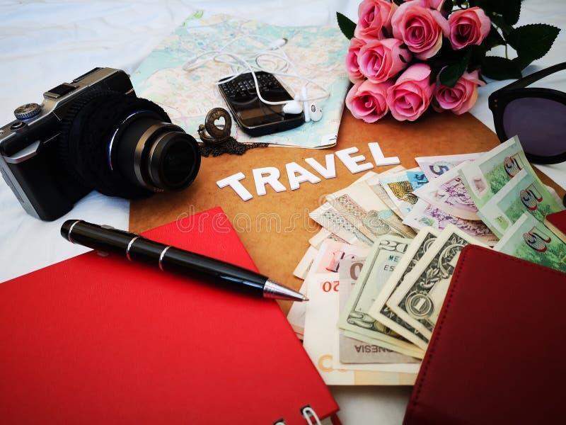 Choses pour emballer pour votre prochaine destination de voyage votre passeport, cam?ra, instrument ?lectronique, devise, lunette image stock