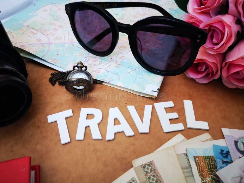 Choses pour emballer pour votre prochaine destination de voyage votre passeport, cam?ra, instrument ?lectronique, devise, lunette images stock