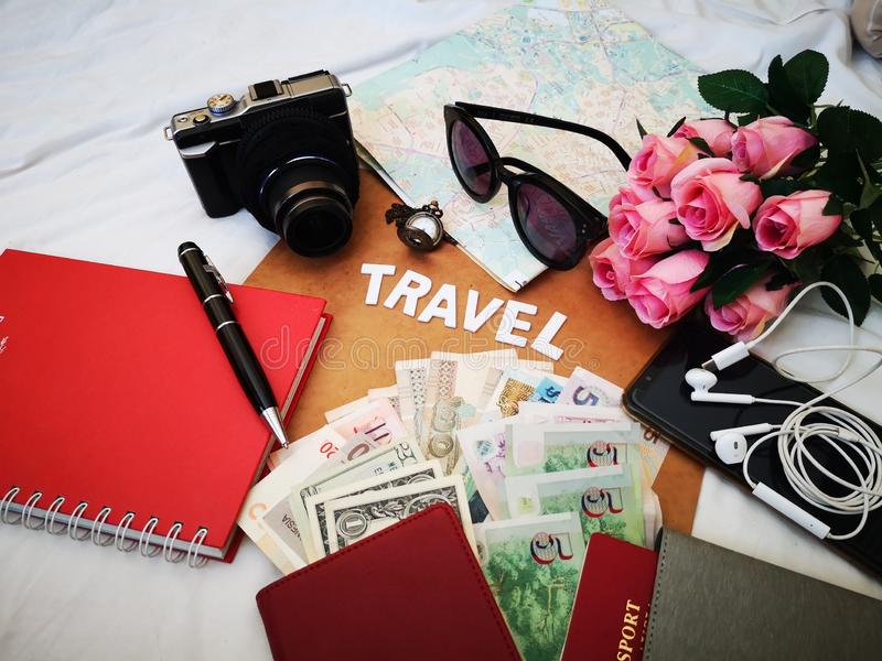 Choses pour emballer pour votre prochaine destination de voyage votre passeport, cam?ra, instrument ?lectronique, devise, lunette photo libre de droits