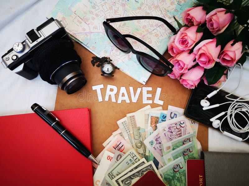 Choses pour emballer pour votre prochaine destination de voyage votre passeport, cam?ra, instrument ?lectronique, devise, lunette photo stock