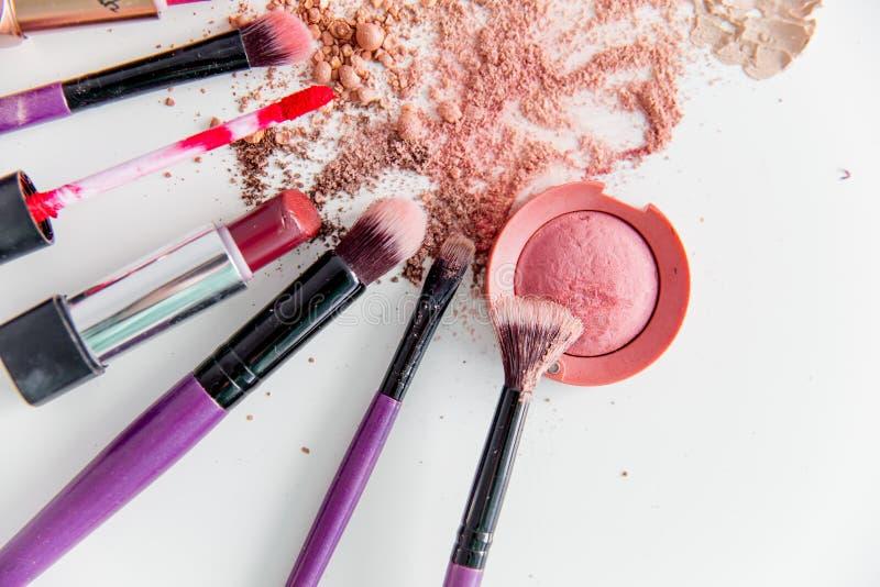 Choses pour le maquillage : crayon, mascara, eye-liner et fard à paupières images stock