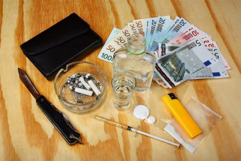 Choses sur la table un trafiquant de drogue criminel images stock