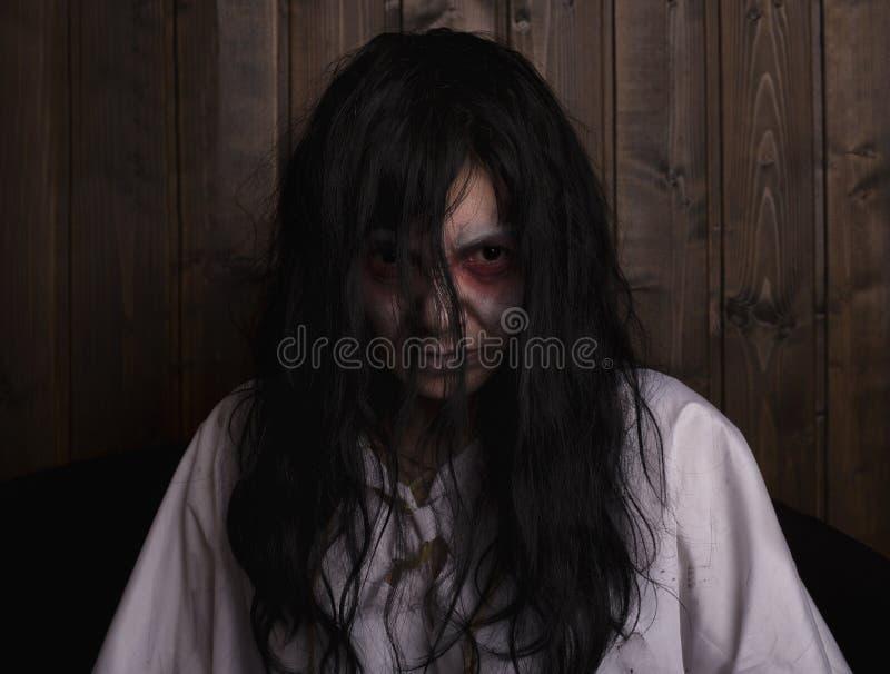 Chost穿一件白色女睡衣的女孩恐怖 免版税库存图片