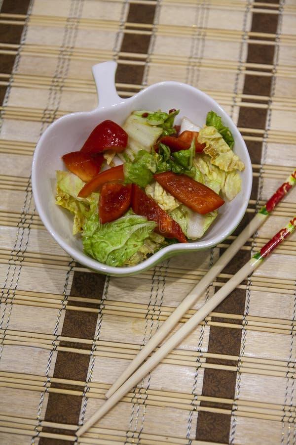 Chou épicé de Pékin - salade de choux Lenten, paprika, piment - cuisine chinoise images stock