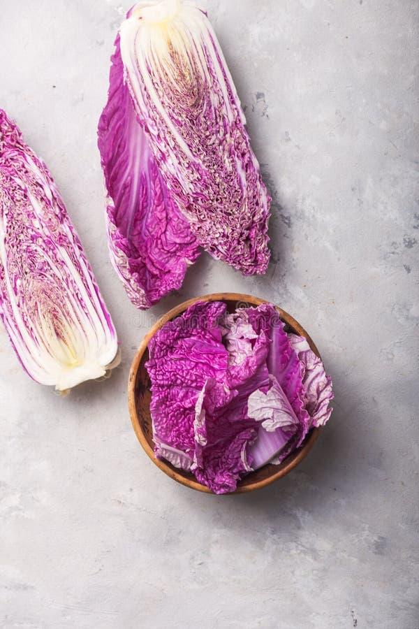 Chou chinois en napa violet sur table en béton gris feuille, tête de chou et moitié photo libre de droits