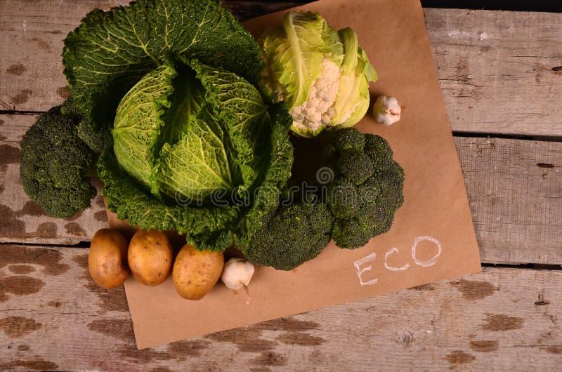 Chou, chou-fleur, brocoli et signe tiré par la main le produit d'eco sur le noir photos libres de droits