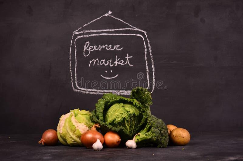 Chou, chou-fleur, pommes de terre de brocoli, oignons, ail et marché tiré par la main de ferme de signe photographie stock libre de droits