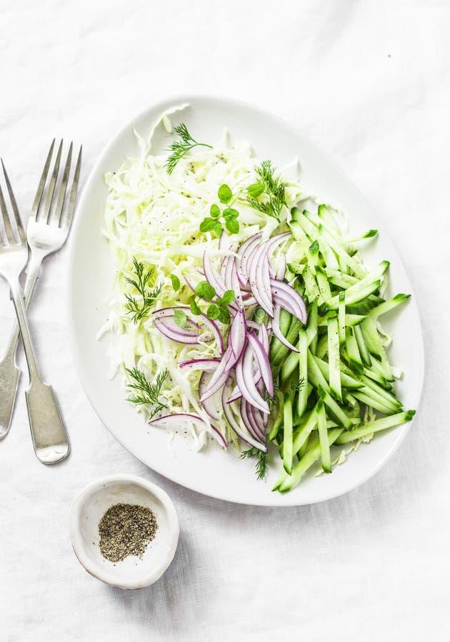 Chou, concombre, oignon rouge, yaourt grec, salade de salade de choux sur le fond blanc, vue supérieure Nourriture de régime de D images libres de droits