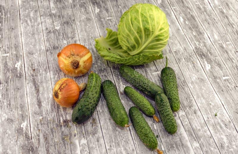 Chou, concombres et oignon photographie stock