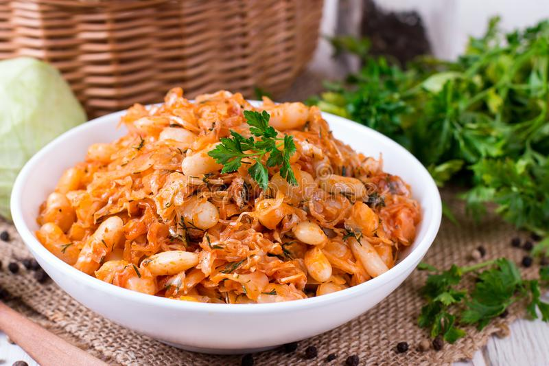 Chou cuit avec des haricots dans un plat sur la table image libre de droits