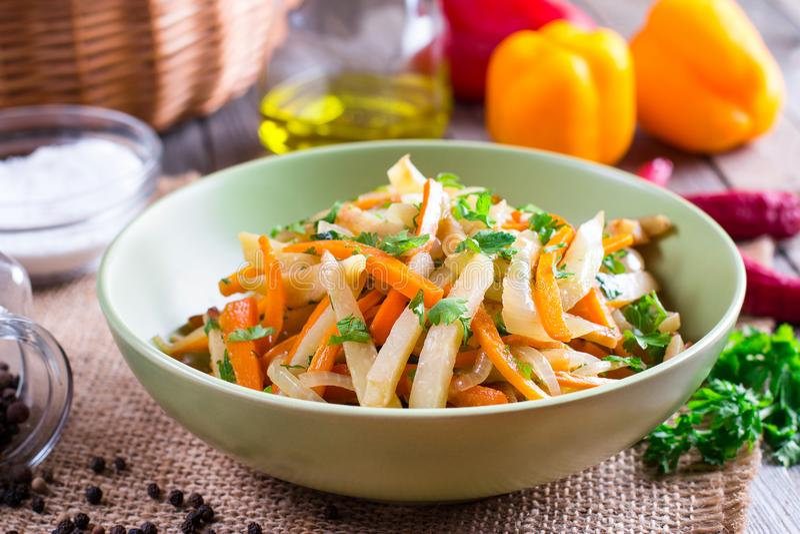 Chou cuit avec des légumes dans une cuvette sur une table en bois photographie stock libre de droits