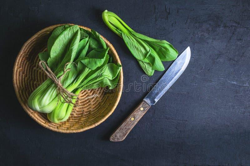 chou de chine de légume frais Dans le panier photos stock