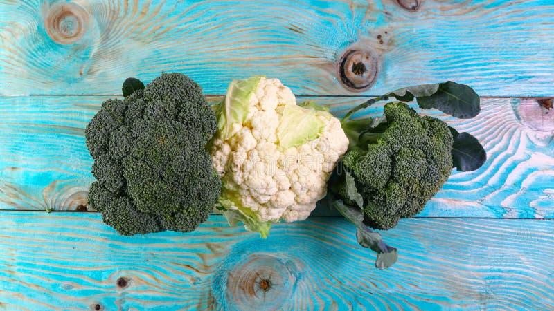 Chou-fleur, chou, brocoli fermez-vous sur un fond en bois bleu Image authentique de mode de vie Produ saisonnier de gens du pays  photos stock