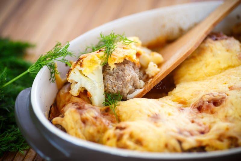 Chou-fleur cuit au four avec des boulettes de viande photographie stock
