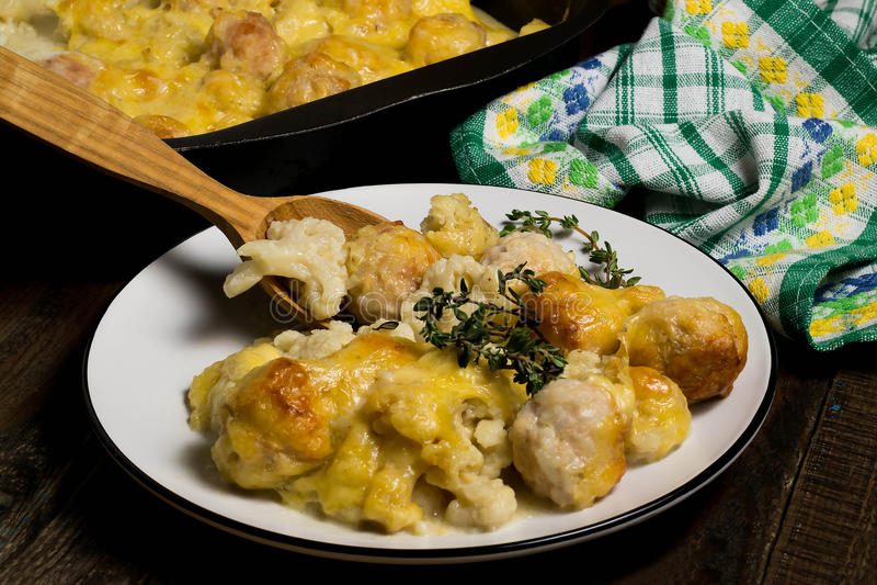 Chou-fleur cuit au four avec des boulettes de viande photographie stock libre de droits
