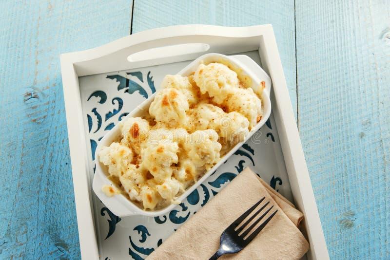 Chou-fleur cuit au four avec du fromage et la chapelure photos libres de droits