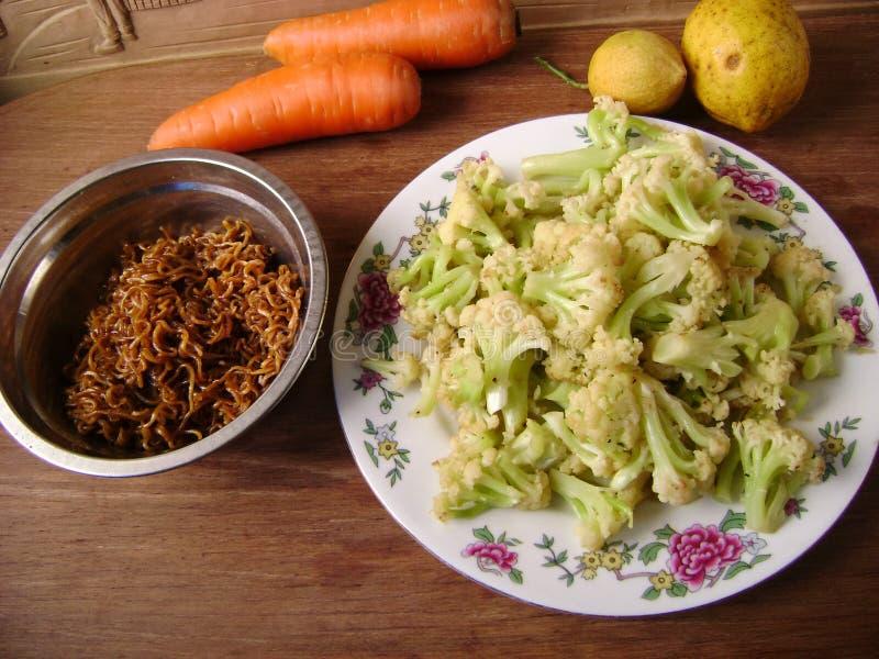 Chou-fleur de dîner et mein végétariens asiatiques de bouffe image libre de droits