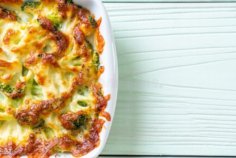 Chou-fleur et brocoli cuits au four avec du fromage images stock