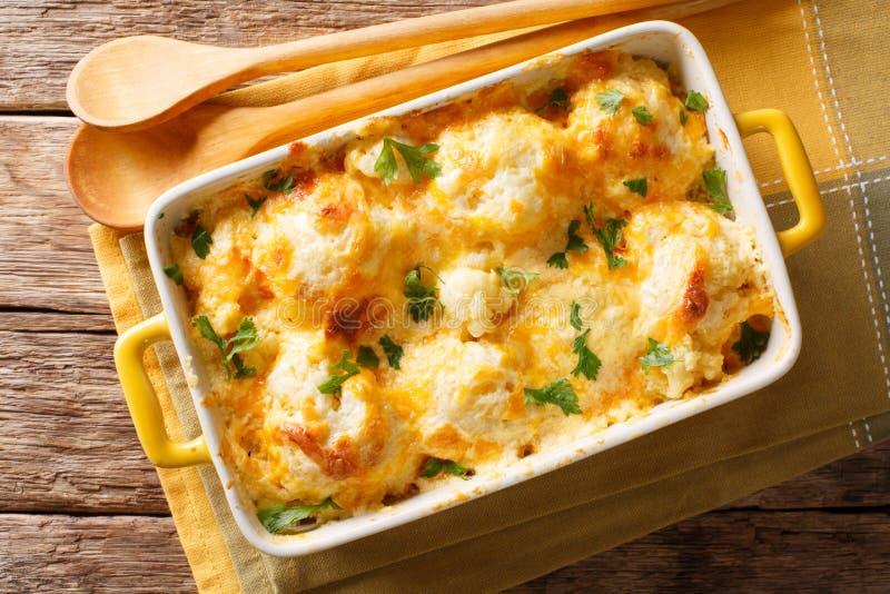 Chou-fleur frais cuit au four délicieux avec le plan rapproché de sauce au fromage dedans photo stock