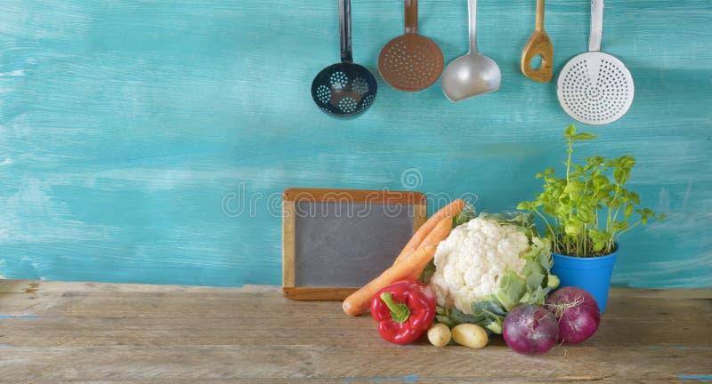 Chou-fleur frais, légumes, tableau noir de cuisine, ustensiles, nourriture, faisant cuire, mangeant le concept, l'espace d'exempl photos libres de droits