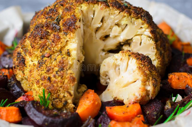 Chou-fleur rôti entier avec des légumes, dîner sain de Vegan photos libres de droits