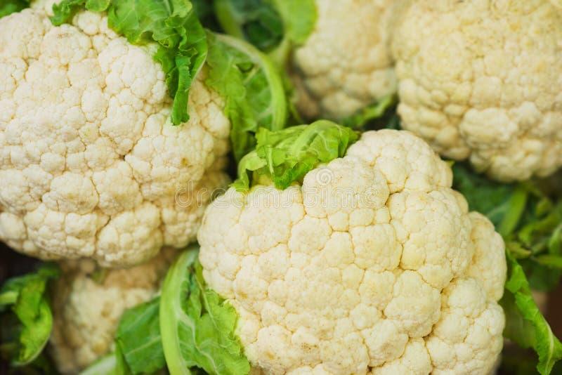 Chou-fleur sur le compteur du marché végétal Vue en gros plan et supérieure des légumes frais sur des rayons de magasin photos stock