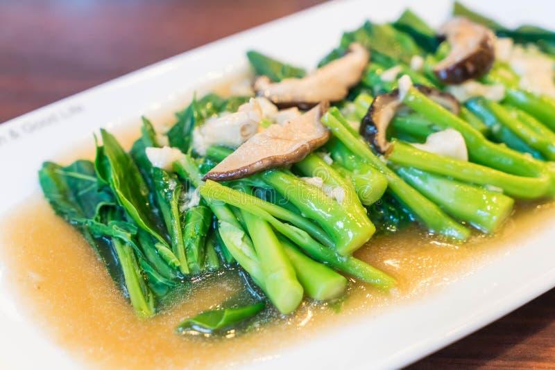 chou frisé chinois fait sauter à feu vif avec le champignon de shiitaké image libre de droits