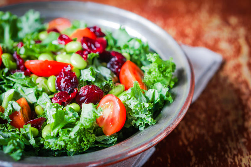 Chou frisé et salade d'edamame sur le fond rustique photos stock