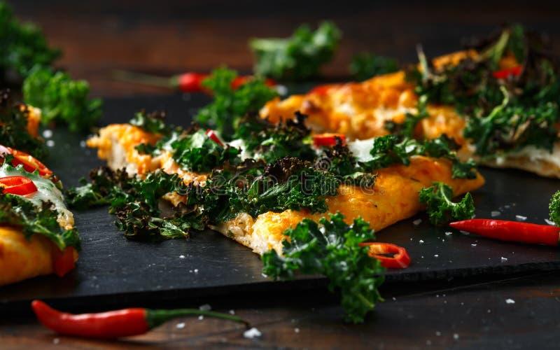 Chou frisé fait maison et pizza rouge de flatbread de piments avec du mozzarella photo stock