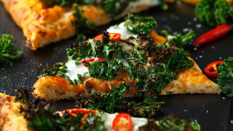 Chou frisé fait maison et pizza rouge de flatbread de piments avec du mozzarella images stock