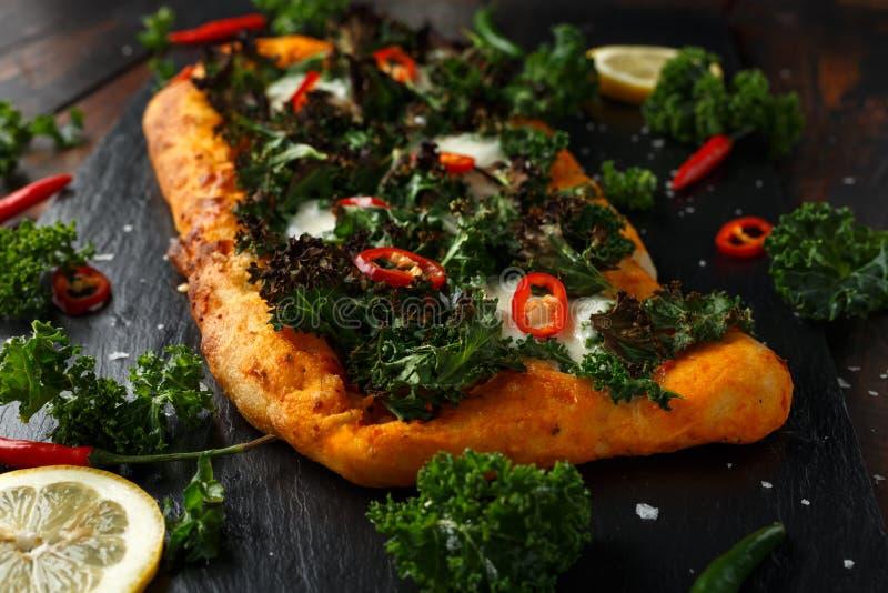 Chou frisé fait maison et pizza rouge de flatbread de piments avec du mozzarella images libres de droits