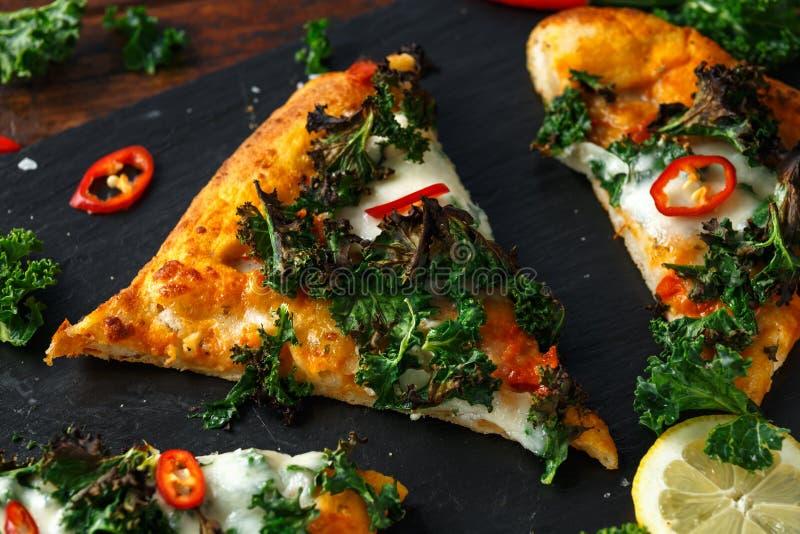 Chou frisé fait maison et pizza rouge de flatbread de piments avec du mozzarella photos libres de droits