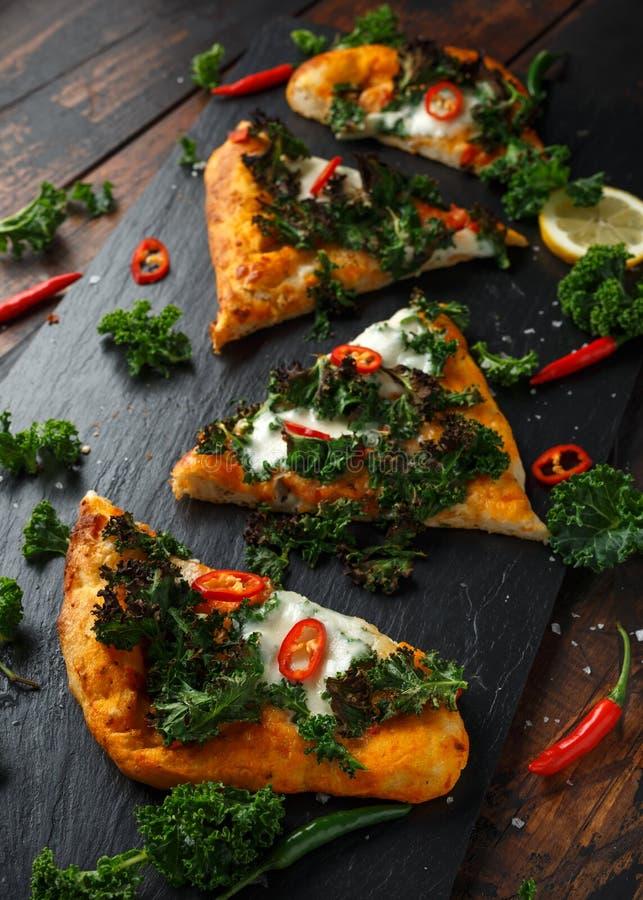 Chou fris? fait maison et pizza rouge de flatbread de piments avec du mozzarella photos stock