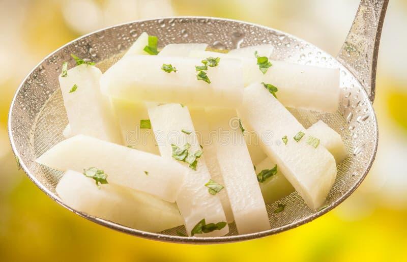 Chou-rave cuit ou bouilli à la vapeur avec des herbes photographie stock libre de droits