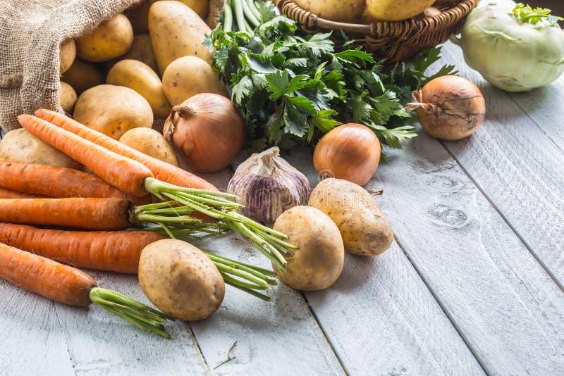 Chou-rave et ail de céleri de carotte d'oignon de pommes de terre image libre de droits