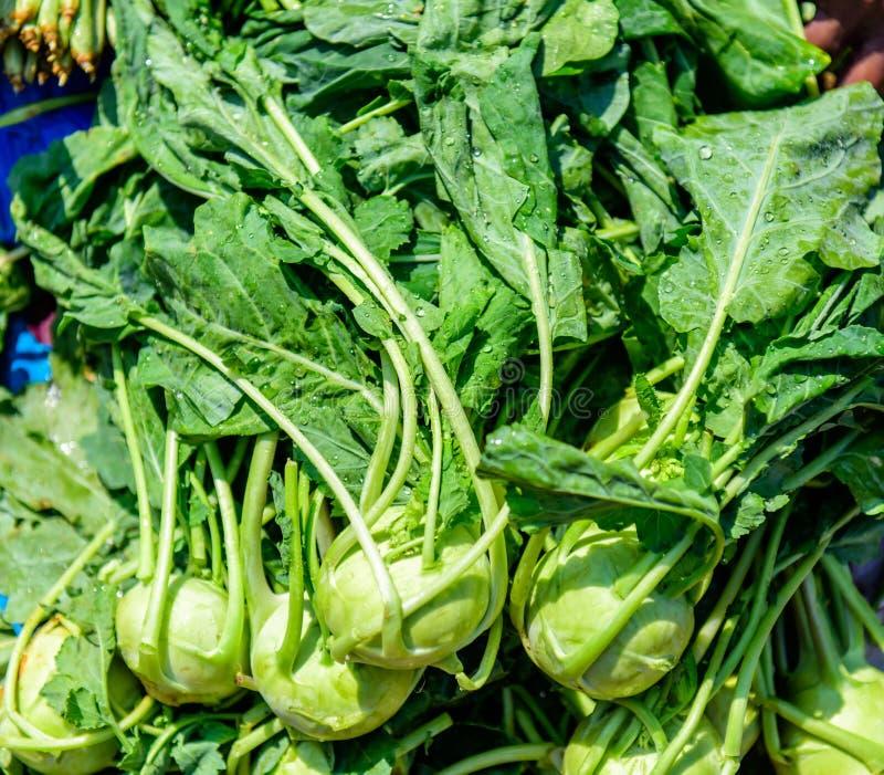 Chou-rave vert couvert de baisses de l'eau étroitement  Légumes frais sains à vendre au marché d'agriculteurs photos stock