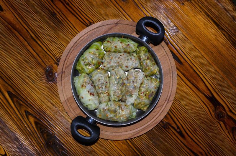 Chou Rolls, Dolma Feuilles de chou bourré avec de la viande hachée, riz, légumes, herbes dans le plat D'isolement sur la table en images stock