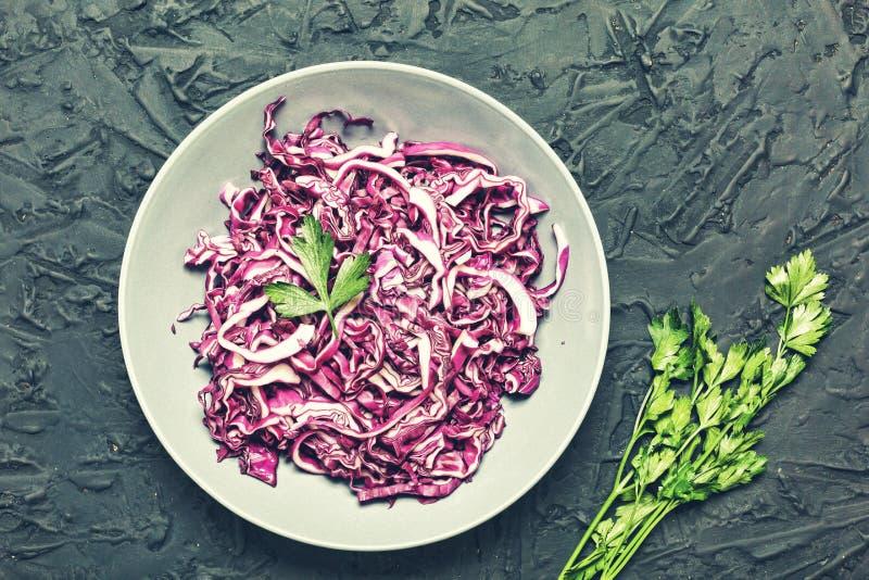 Chou rouge, nourriture saine, salade, persil, coupé en tranches, végétarien photos stock