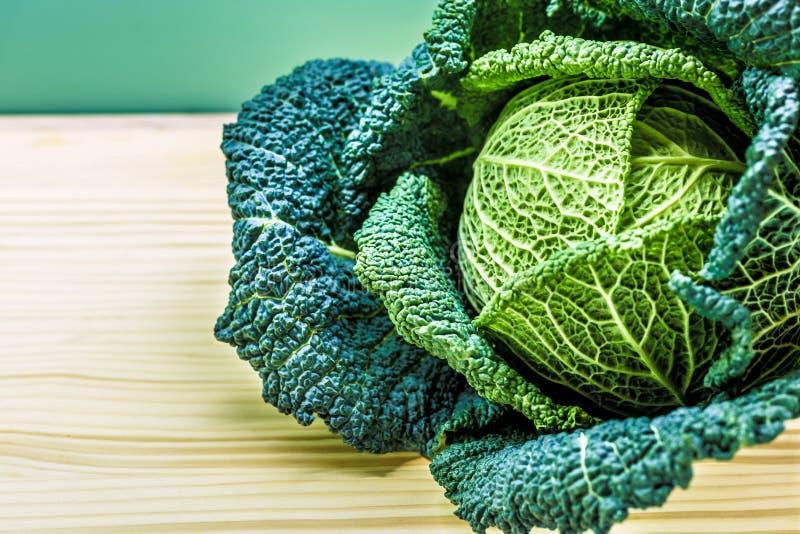 chou vert dans la cuisine photos libres de droits