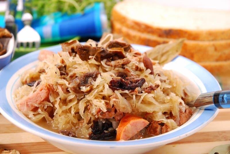 Choucroute avec des champignons de couche, des plombs et la saucisse image libre de droits