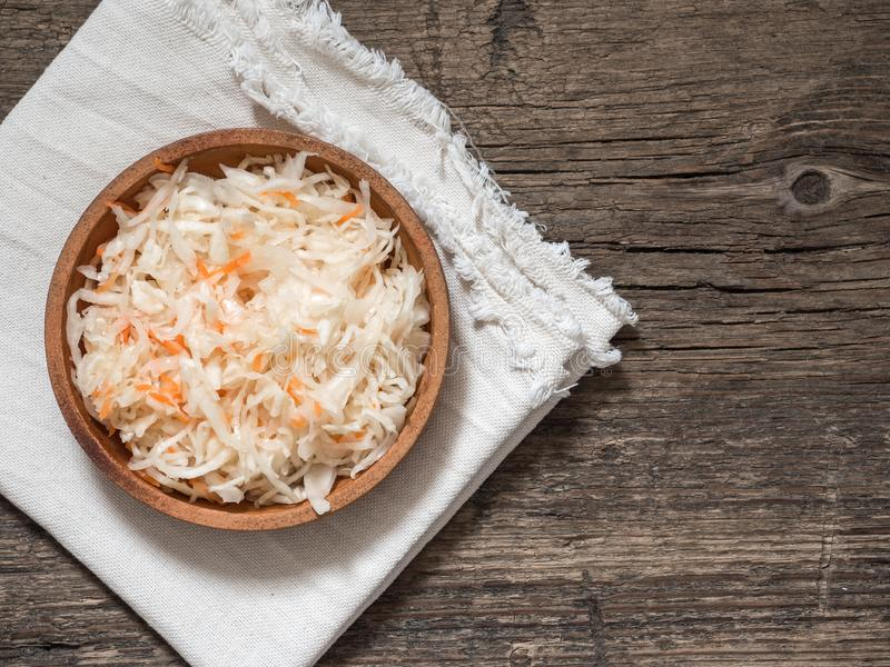 choucroute Chou fermenté dans un plat brun d'argile sur une table en bois Nourriture végétarienne saine et meilleur probiotic nat image stock